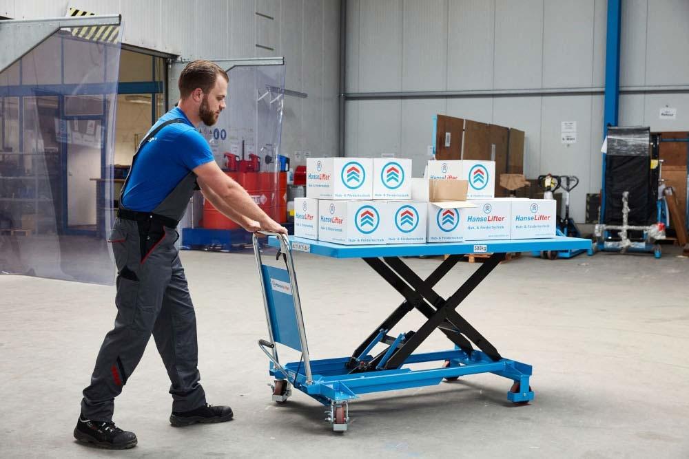 Hubtischwagen SPB500 mit großer Plattform im Einsatz